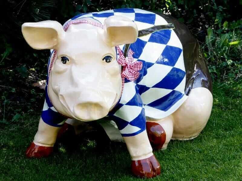 Riesiges sitzendes Sparschwein mit Briefumschlagschlitz